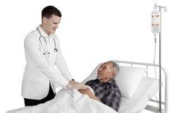 白种人医生和男性年长患者 库存图片