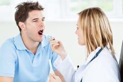白种人医生女性唾液范例采取 免版税库存照片
