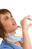 白种人医生女性藏品注射器 免版税库存照片
