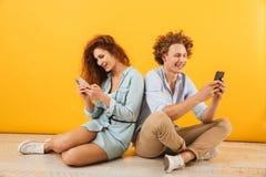 白种人可爱的男人和妇女照片坐地板bac 免版税库存图片