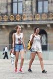白种人和异乎寻常的女孩,水坝正方形,阿姆斯特丹 库存照片
