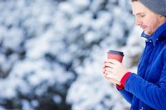 年轻白种人在冻人饮用的咖啡 免版税库存照片
