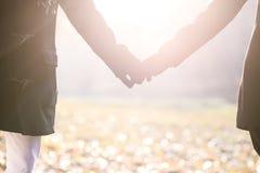 年轻白种人夫妇一起走室外与被连接的p 免版税库存图片