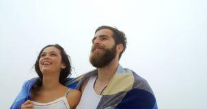 白种人夫妇低角度视图在走在海滩4k的毯子的 股票视频