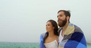 白种人夫妇正面图在走在海滩4k的毯子的 股票视频