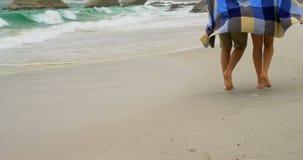 白种人夫妇的低部分在走在海滩4k的毯子的 股票录像