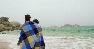 白种人夫妇背面图在走在海滩4k的毯子的 股票视频