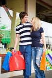 白种人夫妇购物 免版税图库摄影
