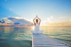 白种人女子实践的瑜伽 库存图片