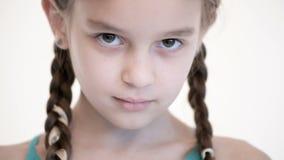 白种人女孩特写镜头开放神色有打开的猪尾和闭合值的眼睛的 中立情感神色到照相机里 股票录像