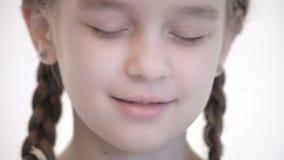白种人女孩特写镜头开放神色有打开的猪尾和闭合值的眼睛的 中立情感神色到照相机里 股票视频