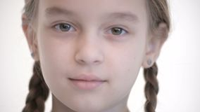 白种人女孩特写镜头开放神色有打开的猪尾和闭合值的眼睛的 中立情感神色到照相机里 影视素材