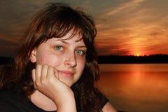 白种人女孩13岁,在日落背景的特写镜头 免版税图库摄影