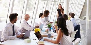 白种人女实业家主导的会议在会议室表上 免版税库存图片
