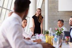 白种人女实业家主导的会议在会议室表上 库存照片