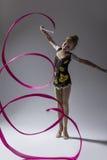 白种人女性节奏性体操运动员大反差画象  免版税库存照片