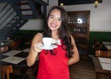 白种人女服务员用咖啡在餐馆 免版税库存图片