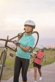 年轻白种人女运动员画象解决与自行车Ou 免版税库存照片