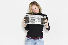 白种人妇女举行一台减速火箭的收音机 图库摄影