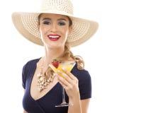 白种人妇女佩带的泳装,帽子和举行饮料 库存图片