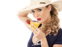 白种人妇女佩带的泳装,帽子和举行饮料 免版税库存图片