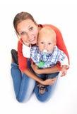 年轻白种人妇女和她的小儿子白色的 库存图片