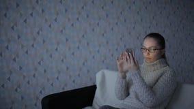 白种人妇女在玻璃社会网络,技术,通信概念使用智能手机,手机屏幕被反射 股票录像