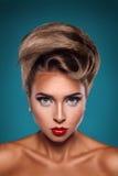 白种人妇女垂直的画象有unusuall发型的 免版税库存照片