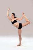 白种人妇女实践瑜伽。 免版税库存照片