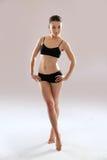 白种人妇女实践瑜伽。 免版税库存图片