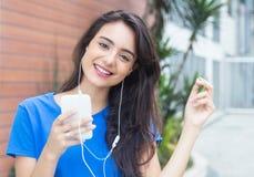 年轻白种人妇女爱音乐 库存图片
