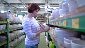 白种人妇女近的商店在商店搁置选择家庭的陶瓷罐 影视素材