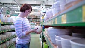 白种人妇女近的商店在商店搁置选择家庭的陶瓷罐 股票录像