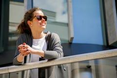 白种人妇女活泼在有美好的愉快的微笑的城市 库存图片