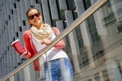 白种人妇女活泼在有美好的愉快的微笑的城市 免版税图库摄影