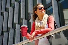 白种人妇女活泼在有美好的愉快的微笑的城市 免版税库存图片