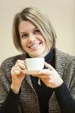 年轻白种人妇女画象有咖啡杯的在手上 免版税图库摄影