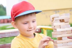 白种人孩子打木刻练习的物理和精神技巧塔比赛 情感照片 图库摄影