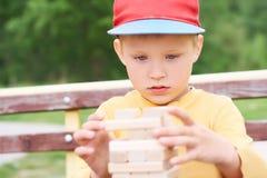 白种人孩子打木刻练习的物理和精神技巧塔比赛 情感照片 免版税图库摄影