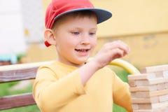 白种人孩子打木刻练习的物理和精神技巧塔比赛 情感照片 免版税库存照片