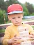 白种人孩子打木刻练习的物理和精神技巧塔比赛 情感照片 库存图片
