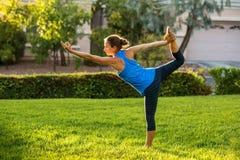 白种人实践的女子瑜伽 免版税库存图片