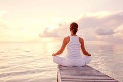 白种人实践的女子瑜伽 图库摄影