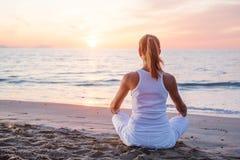 白种人实践的女子瑜伽 免版税库存照片