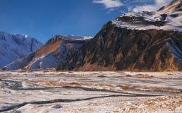 白种人山看法在冬天 库存照片