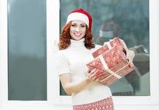 白种人拿着圣诞节礼物礼物的圣诞老人女孩 机会画象  库存照片