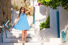 白种人旅游走沿希腊村庄离开的街道  假期探索的年轻美丽的妇女 免版税库存图片