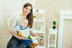 白种人母亲和她的孩子 库存照片