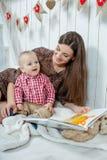 白种人母亲和她的孩子 免版税库存图片