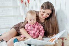 白种人母亲和她的孩子 免版税库存照片